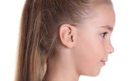 Gullig liten flicka på vit bakgrund, closeup arkivfoto