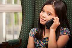 Gullig liten flicka på telefonen Royaltyfria Bilder