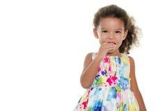 Gullig liten flicka som äter en kaka Royaltyfria Foton