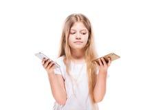 Gullig liten flicka som använder smart telefon två Isolerat på vit Royaltyfri Bild