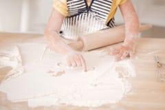 Gullig liten flicka som arbetar med kavlen Royaltyfri Bild