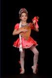 Gullig liten flicka som bär den infödda ryssdräkten som isoleras på svart bakgrund Hon är dansa och rymma balalajkan i händer Arkivbild