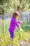 Gullig liten flicka som bevattnar trädgården Royaltyfri Fotografi