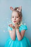 Gullig liten flicka som blåser magiskt damm Royaltyfri Foto