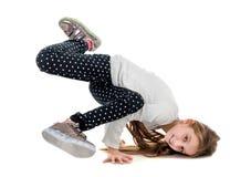 Gullig liten flicka som brakedancing med ben upp Arkivfoton