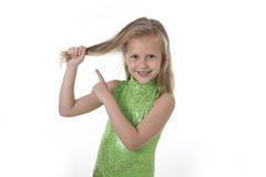 Gullig liten flicka som drar blont hår i kroppsdelar som lär skoladiagramserie Arkivfoton
