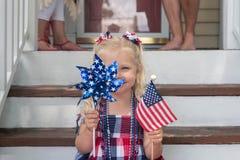 Gullig liten flicka som firar 4th Juli Arkivfoton