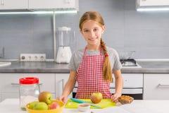 Gullig liten flicka som förbereder sig att laga mat äpplestrudel Arkivfoton