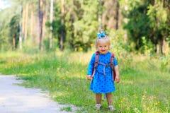 Gullig liten flicka som går i sommarskog Royaltyfria Foton