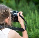 Gullig liten flicka som gör fotografier Fotografering för Bildbyråer