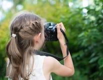 Gullig liten flicka som gör fotografier Arkivbilder