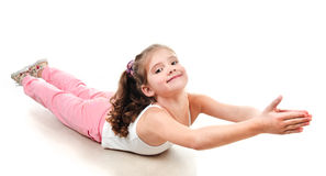 Gullig liten flicka som gör gymnastisk övning Arkivbild