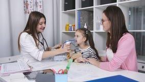Gullig liten flicka som gör inandning med en nebulizermaskering i sjukhuset Ungeallergibegrepp lager videofilmer