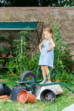 Gullig liten flicka som hjälper hennes moder i trädgården Arkivfoton