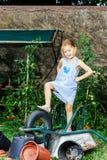 Gullig liten flicka som hjälper hennes moder i trädgården Royaltyfria Bilder