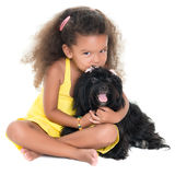 Gullig liten flicka som kysser hennes älsklings- hund Arkivbilder