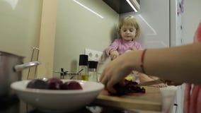 Gullig liten flicka som lagar mat med hennes moder Liten dotter med modern tillsammans arkivfilmer