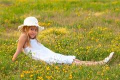 Gullig liten flicka som ligger på ängen Royaltyfria Bilder