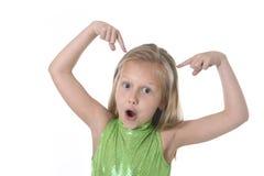 Gullig liten flicka som pekar hennes huvud i kroppsdelar som lär skoladiagramserie Arkivfoto