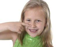Gullig liten flicka som pekar hennes näsa i kroppsdelar som lär skoladiagramserie Royaltyfria Foton