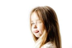 Gullig liten flicka som poserar för annonsering som gör signes vid händer arkivbild