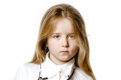 Gullig liten flicka som poserar för annonsering som gör signes vid händer royaltyfri bild