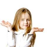 Gullig liten flicka som poserar för annonsering som gör signes vid händer arkivfoto