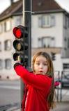 Gullig liten flicka som poserar med liten trafikljus royaltyfri foto