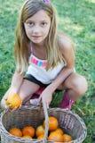 Gullig liten flicka som rymmer en korg Arkivbilder