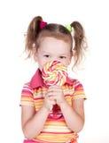 Gullig liten flicka som rymmer stor lollypop Royaltyfria Bilder