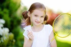 Gullig liten flicka som spelar badminton utomhus Fotografering för Bildbyråer