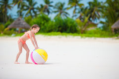 Gullig liten flicka som spelar med bollen på stranden, ungesommarsport utomhus Royaltyfri Bild