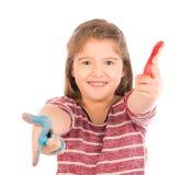 Gullig liten flicka som spelar med målarfärg Arkivbild