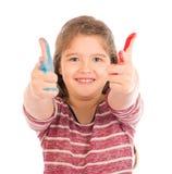 Gullig liten flicka som spelar med målarfärg Arkivfoto