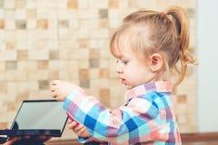 Gullig liten flicka som spelar med smink för mamma` s royaltyfri bild