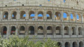 Gullig liten flicka som tar bilder av Colosseumen stock video