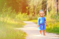 Gullig liten flicka som tycker om naturen som in spelar Arkivfoto