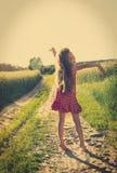 Gullig liten flicka som tycker om naturen svart isolerad begreppsfrihet Skönhetflicka över himmel och solen sunbeams Royaltyfri Foto