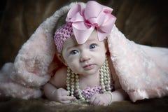 Gullig liten flicka under filten Royaltyfri Fotografi