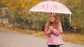 Gullig liten flicka under regn lager videofilmer