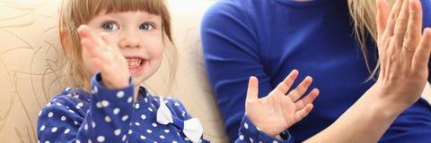 Gullig liten flickalek med mammapassande-en-kakan royaltyfri fotografi