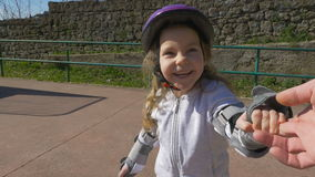 Gullig liten flickalek på en lekplats lager videofilmer