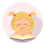 Gullig liten flickaläsning en boka Utbildning studie, skola, barn Royaltyfri Foto