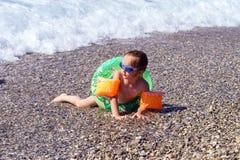 Gullig liten flickasimning i havet Arkivfoto