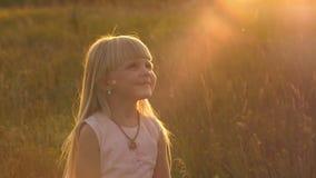 Gullig liten flickaspring på fältet lager videofilmer