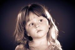Gullig liten flickastående Arkivfoto