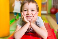 Gullig liten flickastående i daycare royaltyfri foto