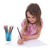 Gullig liten flickateckning med färgrika blyertspennor som isoleras på vit Fotografering för Bildbyråer