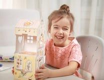 Gullig liten flickateckning med hemmastadda blyertspennor arkivfoton