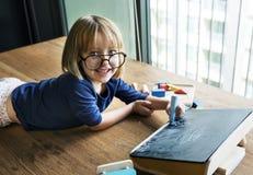 Gullig liten flickateckning på en svart tavla Royaltyfri Fotografi